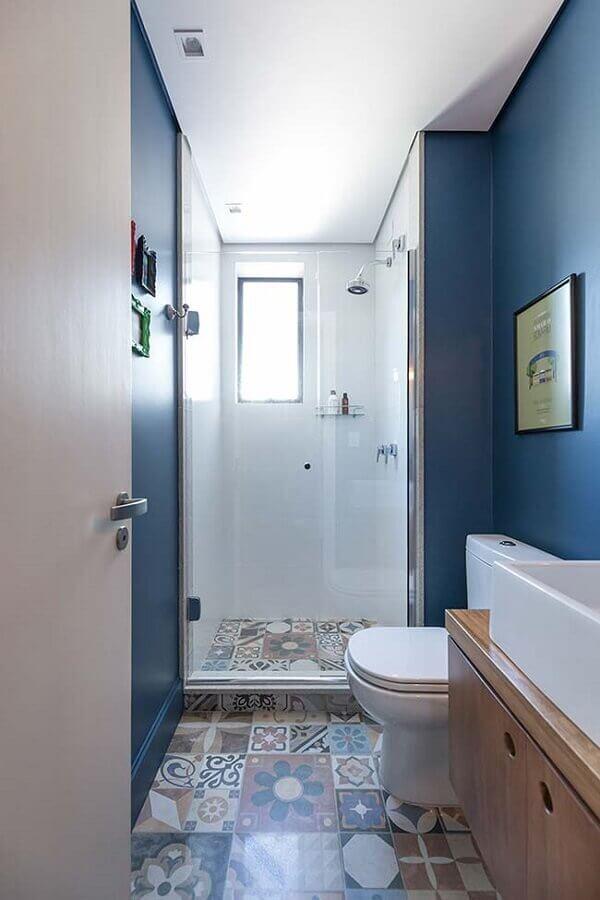 decoração de banheiro pequeno com parede azul e piso hidráulico Foto Pinterest