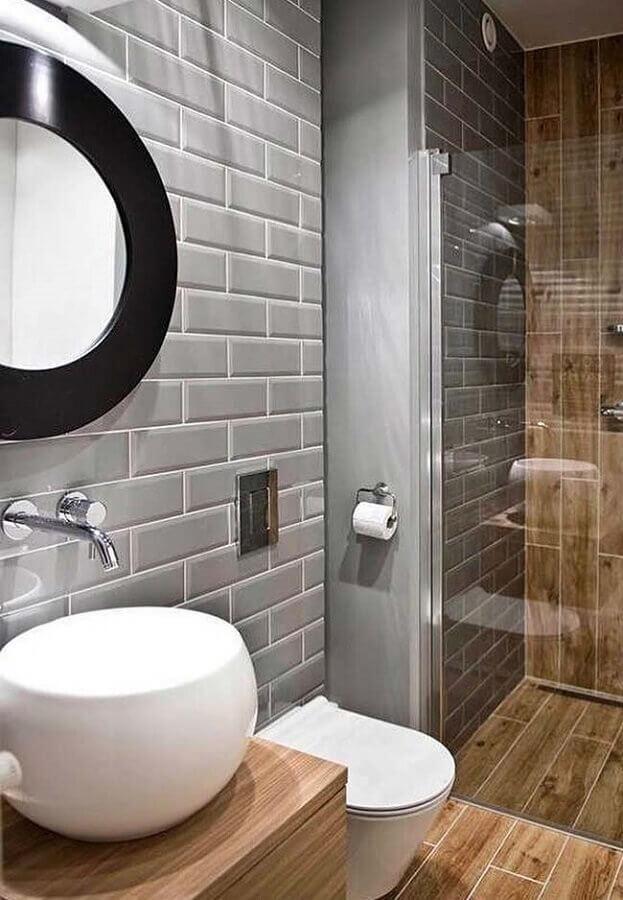 decoração de banheiro pequeno e moderno com azulejo cinza e revestimento que imita madeira Foto Decorellas