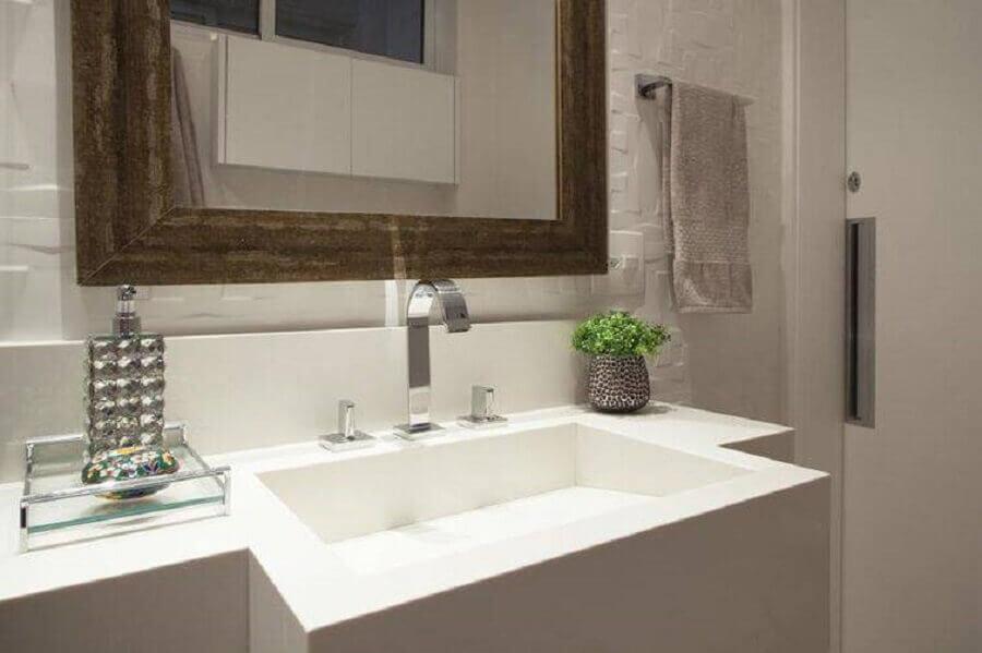 decoração de banheiro pequeno todo branco com espelho de madeira Foto Sartori Design