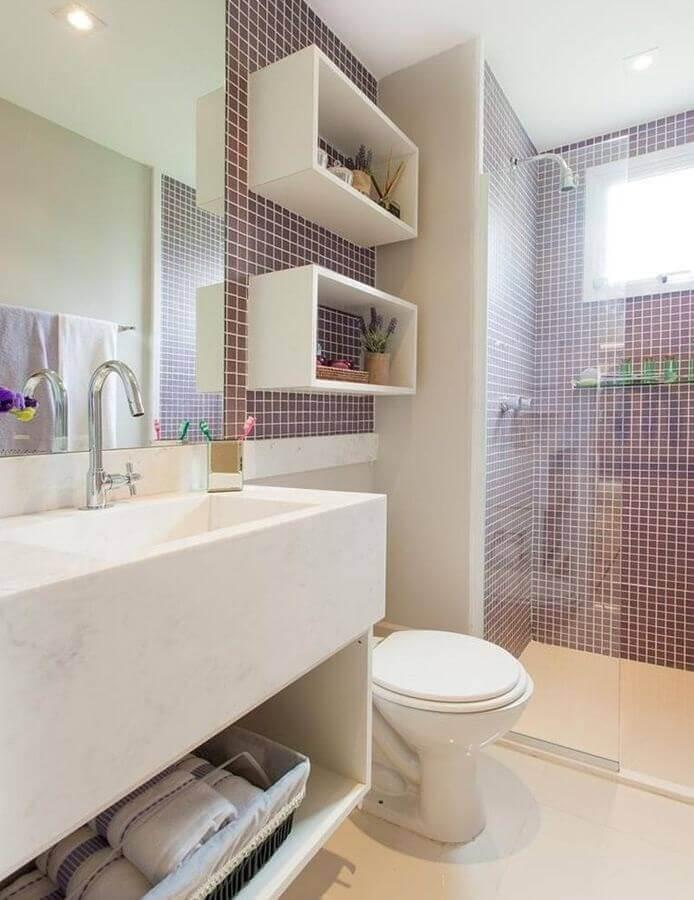 decoração de banheiros pequenos com pastilhas e pia esculpida Foto Casa Perferies