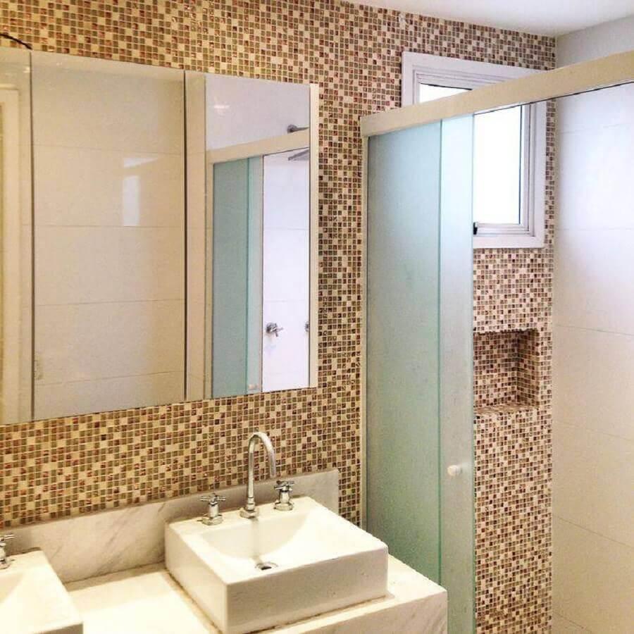 decoração em tons neutros para banheiros pequenos com pastilhas Foto Iago Patucci