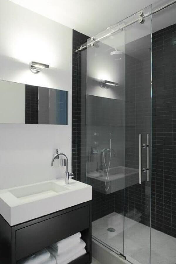 decoração moderna para banheiro pequeno com armário e azulejo preto dentro do box Foto Gosia Design