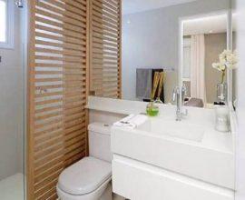 decoração para banheiro pequeno planejado com divisória de madeira e pia esculpida branca Foto D+ Arquitetura