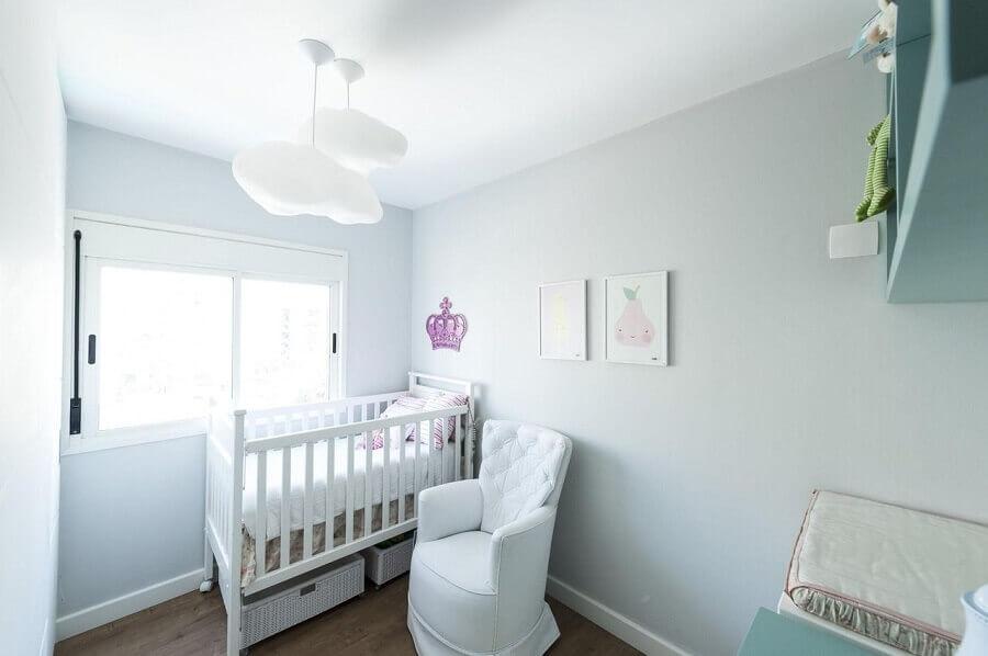 decoração quarto de bebê com lustre em formato de nuvem