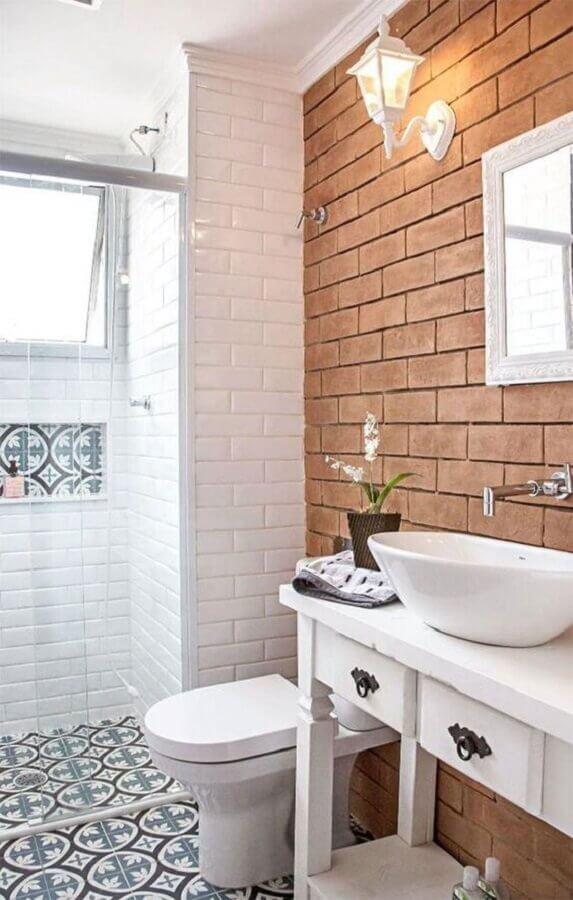 decoração simples para banheiro pequeno com piso hidráulico e parede de tijolinho Foto Ideias Decor