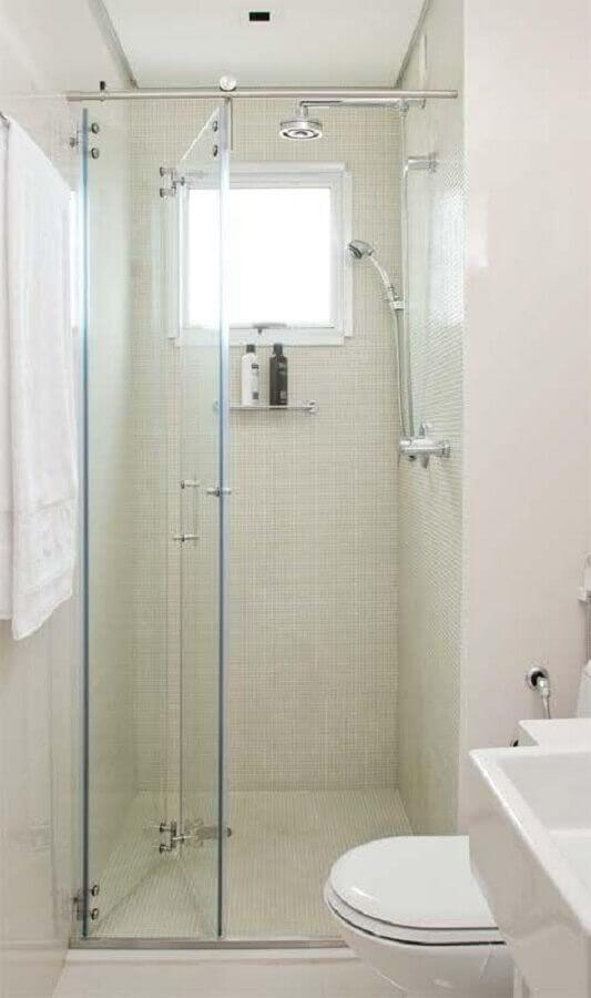 decoração simples para banheiro pequeno com porta camarão para box de vidro Foto Kris Bristot