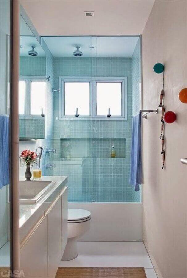 decoração simples para banheiros pequenos com pastilhas azuis Foto Aaron Guides