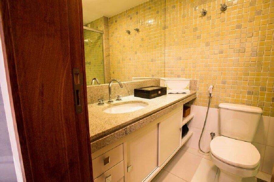 decoração simples para banheiros pequenos com pastilhas e bancada de granito Foto l2 Arquitetura