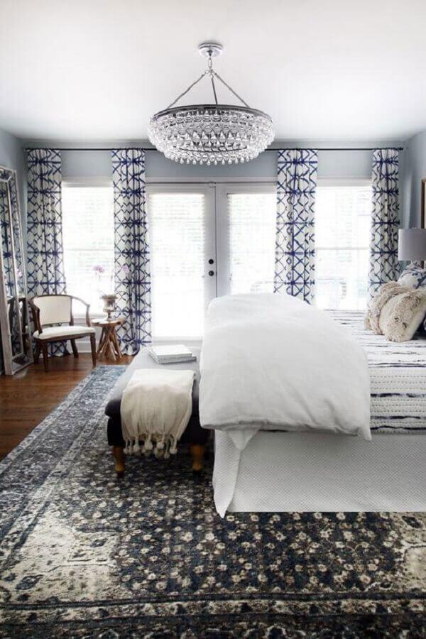 decoração sofisticada com lustre para quarto de casal