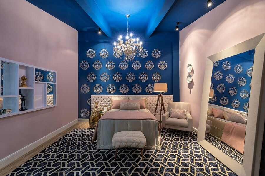 decoração azul e rosa com lustres para quarto