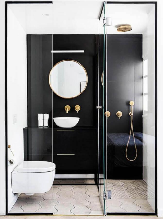 modelo de banheiro pequeno e moderno decorado em preto e branco com chuveiro e torneiras douradas Foto Yaggpro