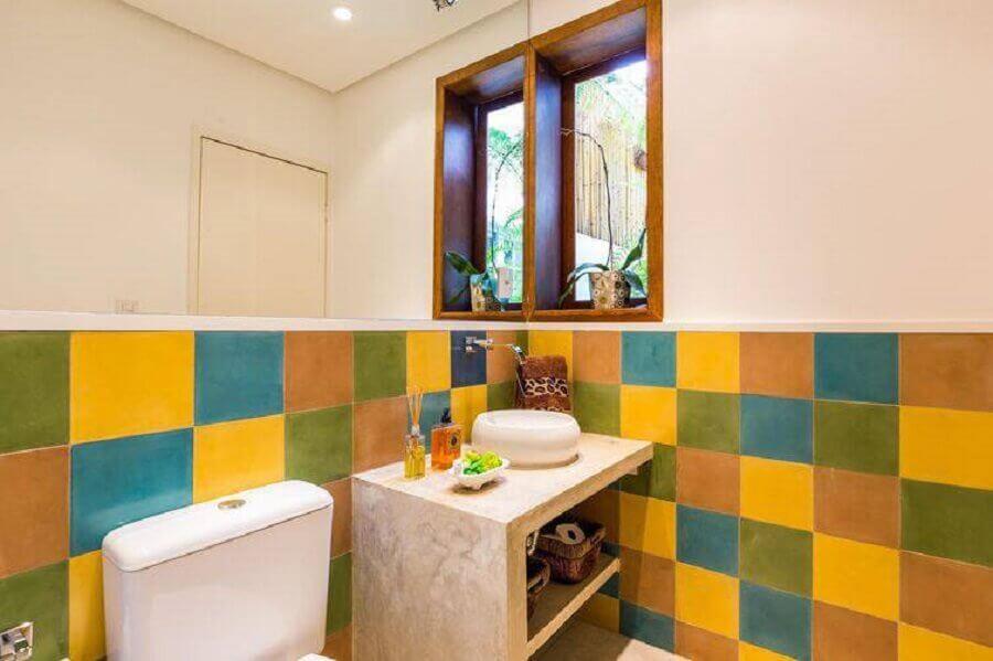 modelo de banheiro pequeno e simples decorado com azulejos coloridos Foto Arquitetura Viva Decora