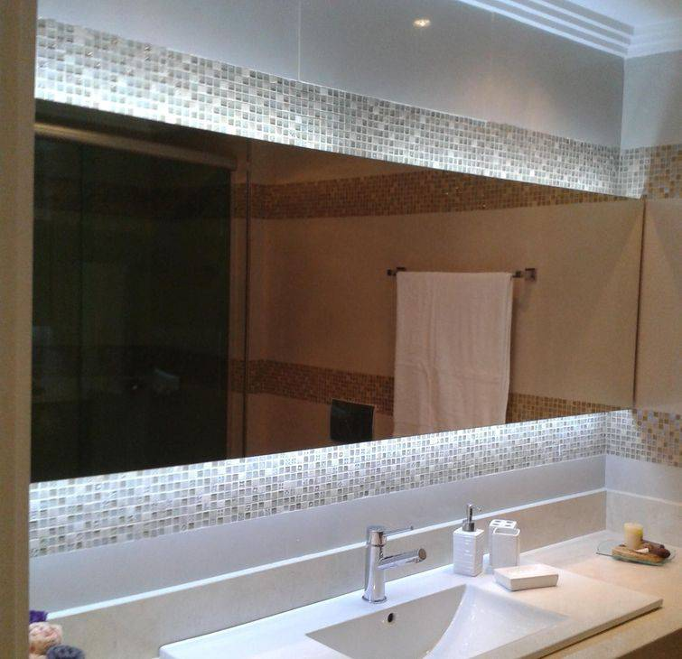 Decoração de banheiros pequenos com pastilhas em volta do espelho