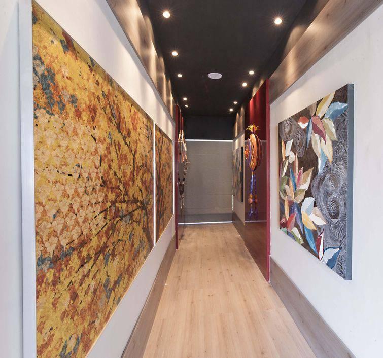 Corredor decorado com quadros grandes e objetos de lindas imagens de paisagens