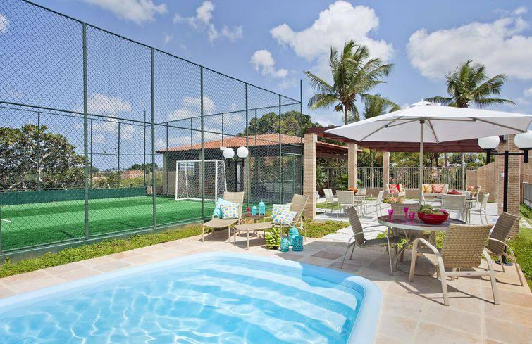 Área de lazer para piscinas pequenas, com sombrero e cadeiras