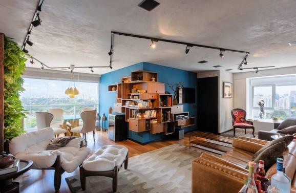 As luminárias de teto nos trilhos deixam esse apartamento ainda mais moderno