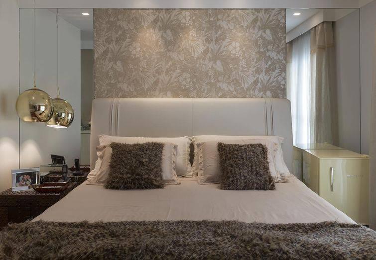 decoração de quarto pequeno espelhos papel de parede casal