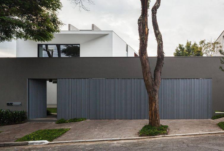 Modelos de portões de garagem usando madeira pintada são bastante comuns