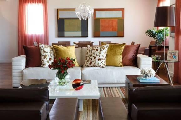 arranjos florais vermelhos na sala