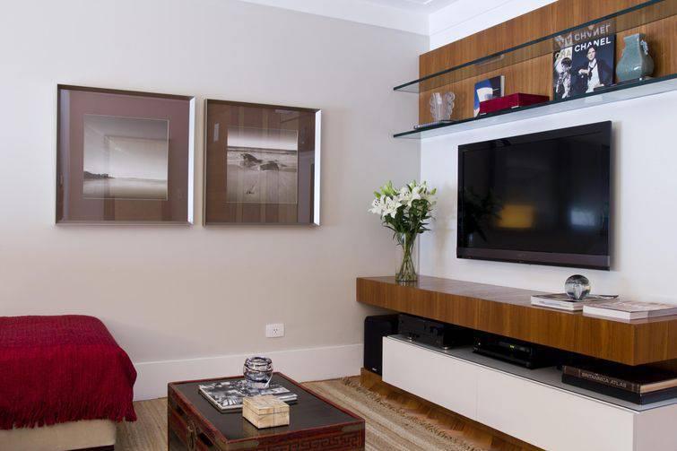 Decorar Sala Pequena De Tv ~ Sala pequena com painel de tv, rack, mesa de centro e quadros