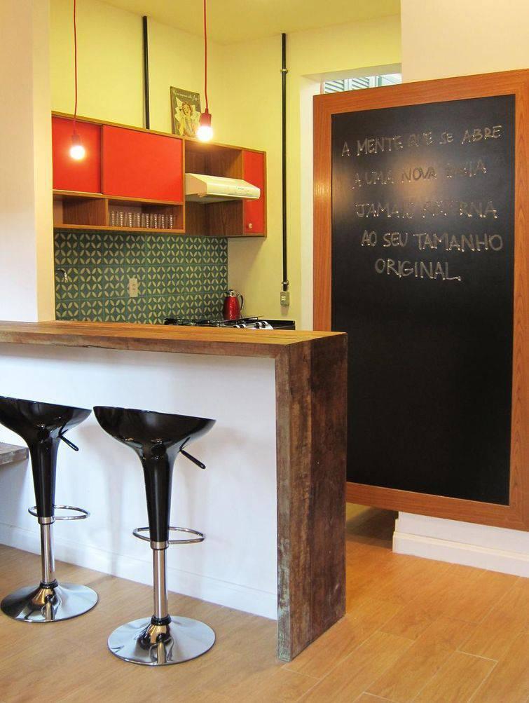 banquetas pretas na cozinha