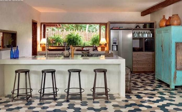 Bancada para cozinha branca em cozinha que une rústico e moderno