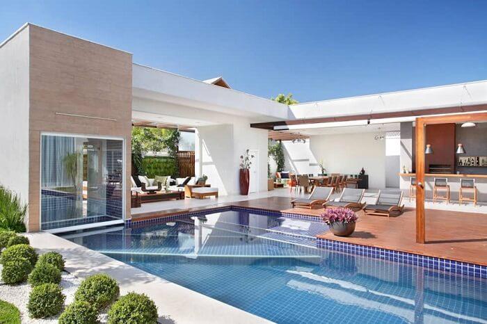 A maior parte das casas com piscinas contam com deck de madeira