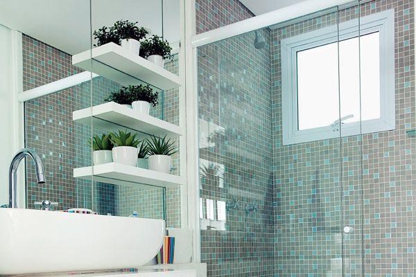 Azulejos para banheiro com prateleira no espelho
