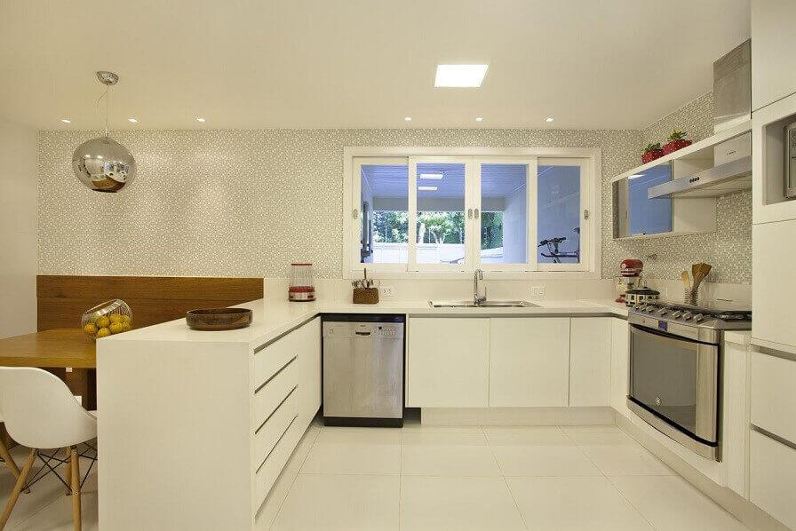 Bancada-de-cozinha-branca-em-projeto-clean-de-Fernanda-Azevedo-Mancini