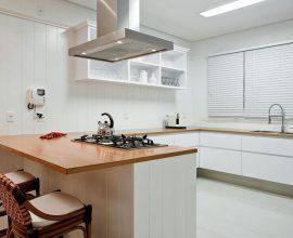 Bancada de cozinha em U feita em madeira Foto Pinterest