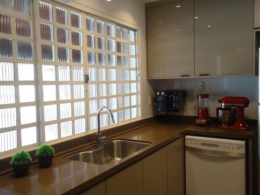 Bancada de cozinha marrom no projeto de Lania Lacorte
