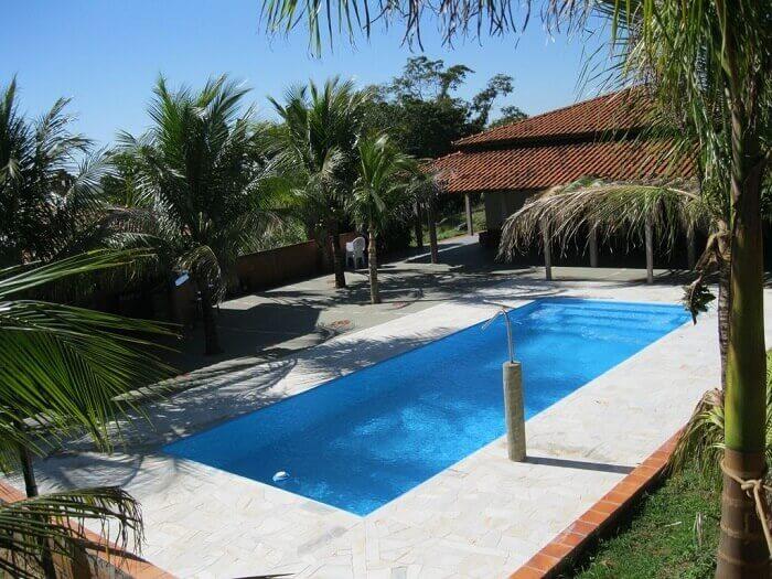 Casa com piscina em formato retangular
