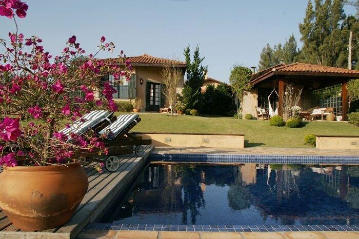 Casas com piscinas com jardim e deck de madeira