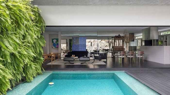 Casas com piscinas, deck de madeira e jardim vertical