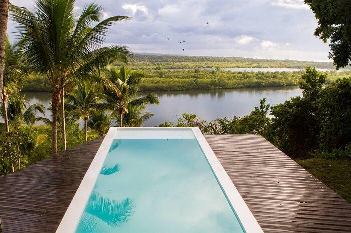 Casas com piscinas e deck de madeira