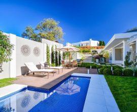 Casas com piscinas e duas espreguiçadeiras