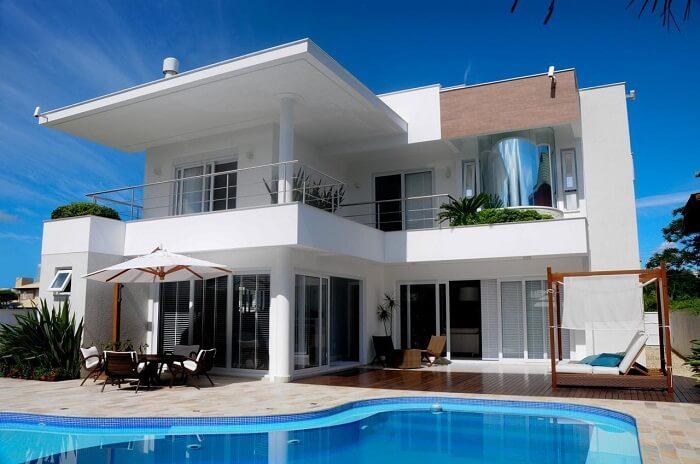 Casas com piscinas e pergolado de madeira