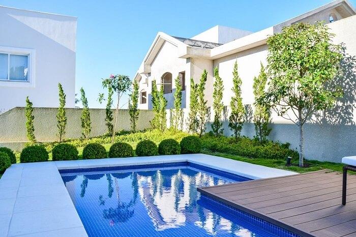 Casas de piscina com jardim em volta
