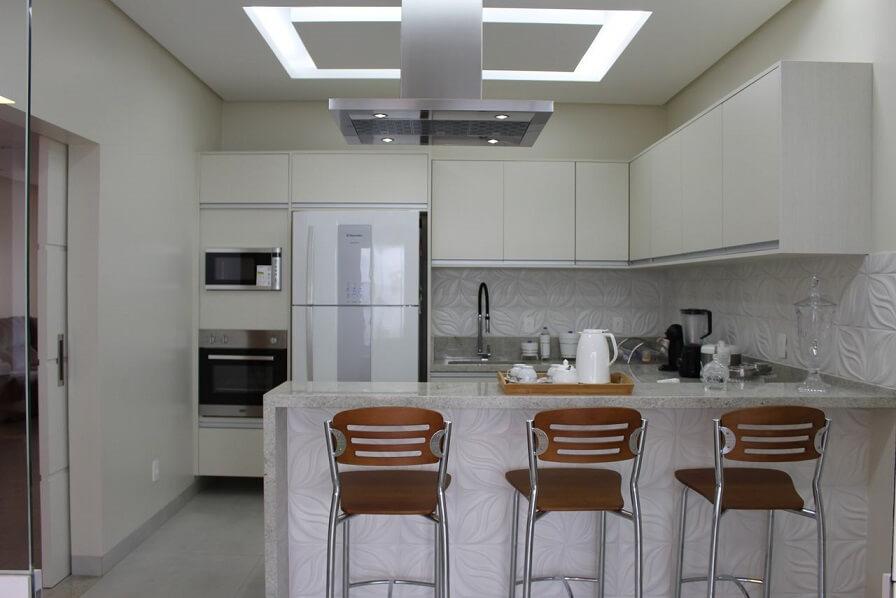 Cozinha planejada branca com bancada para cozinha em mármore cinza claro Projeto de Bianca Monteiro