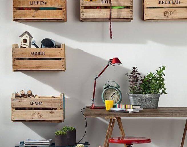 Decoração com caixotes de madeira usados como nichos Foto de Nadine Guerra
