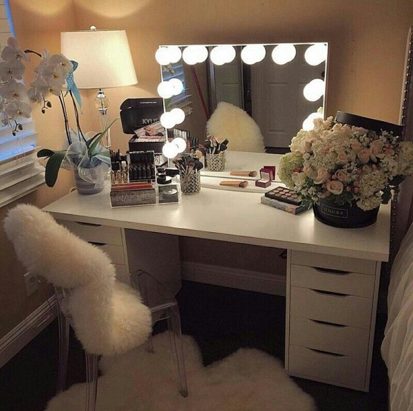 Penteadeiras modernas com iluminação no espelho