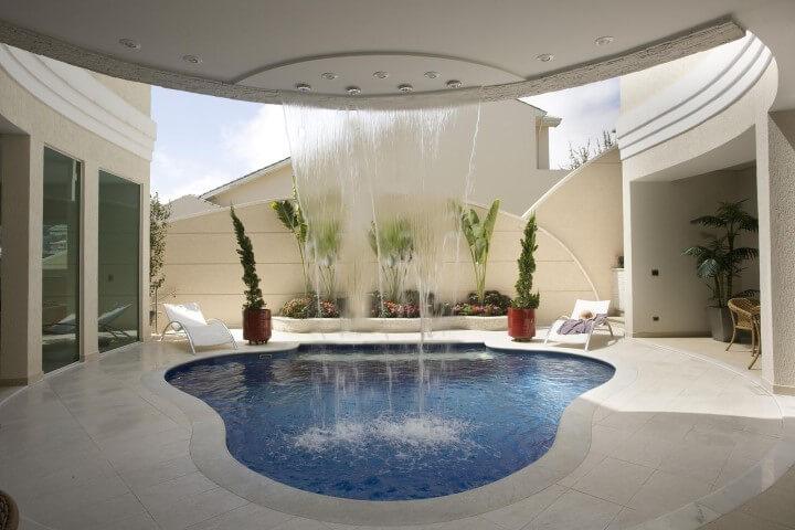 Piscinas pequenas com cortina de água Projeto de Aquiles Nicolas Kilaris