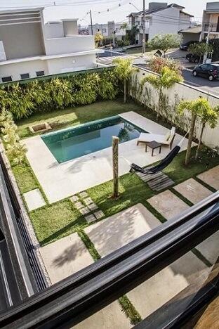 Piscinas pequenas com jardim ao redor Projeto de Haus Arquitetura