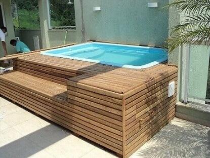 Piscinas pequenas de fibra com deck de madeira