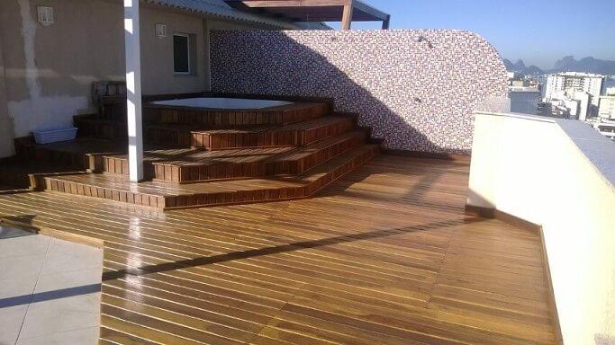 Piscinas pequenas suspensas com deck de madeira Projeto de Paulo Alves
