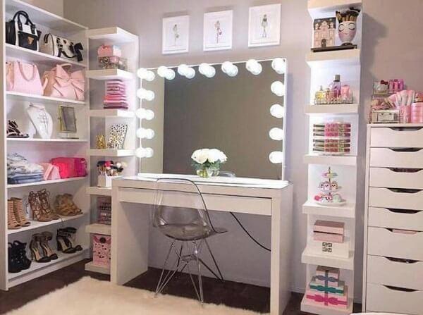 Prateleiras modernas com iluminação e bancada