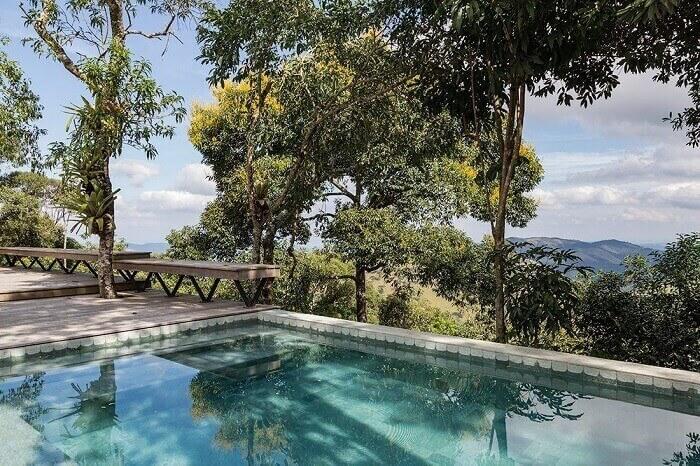 Projetos de casas com piscinas em meio a mata