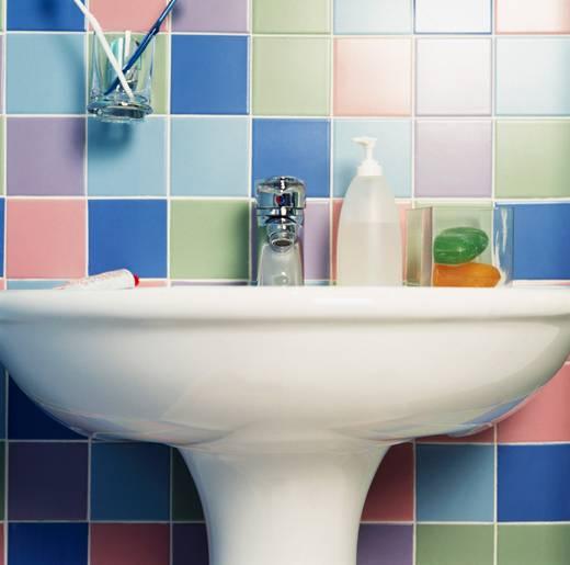 Azulejos para banheiro pintar trocar ou colocar adesivos - Como pintar sobre azulejos ...