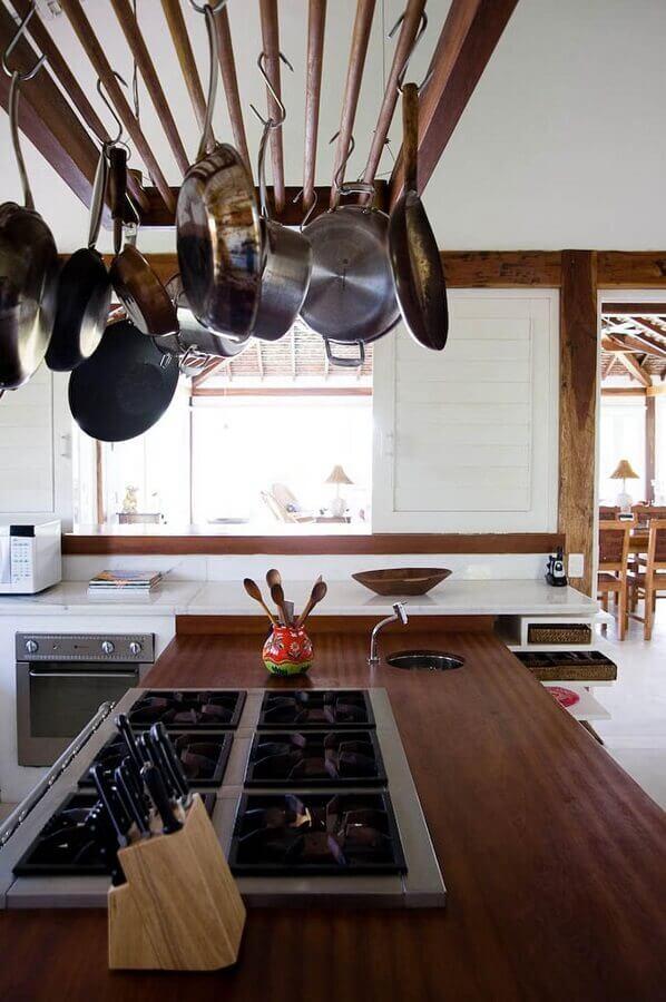 bancada de cozinha feita em madeira com cooktop Foto Pinterest