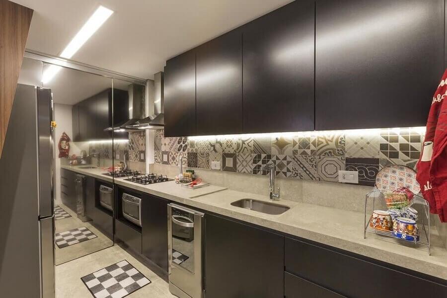 bancada de cozinha moderna com pia e cooktop Foto Conseil Brasil